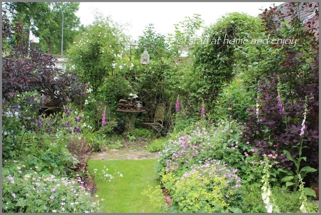 der vordere Garten im Juni - stay at home and enjoy