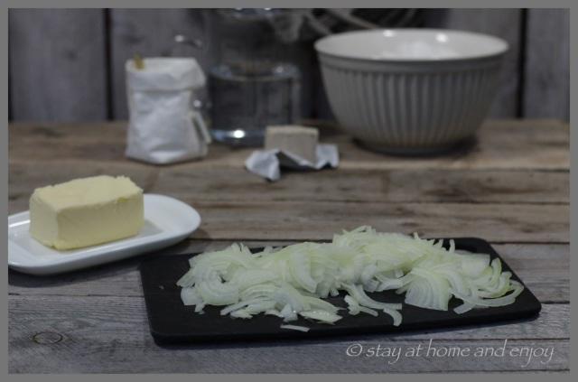 Zwiebeln für Zwiebelbrot - stay at home and enjoy