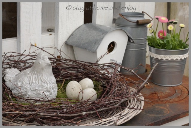 Outdoor-Frühlings- und Osterdekoration - stay at home and enjoy